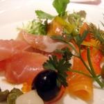 640px-Salade_de_jambon_cru_et_saumon_fume